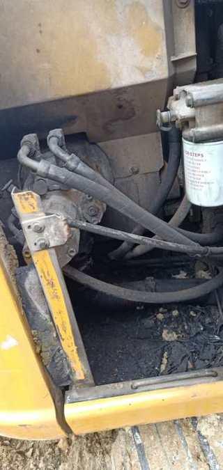 二手卡特彼勒挖掘机液压泵舱室正面整体实拍图370