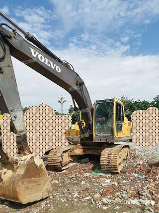 四川-成都市二手沃尔沃EC210B挖掘机实拍照片